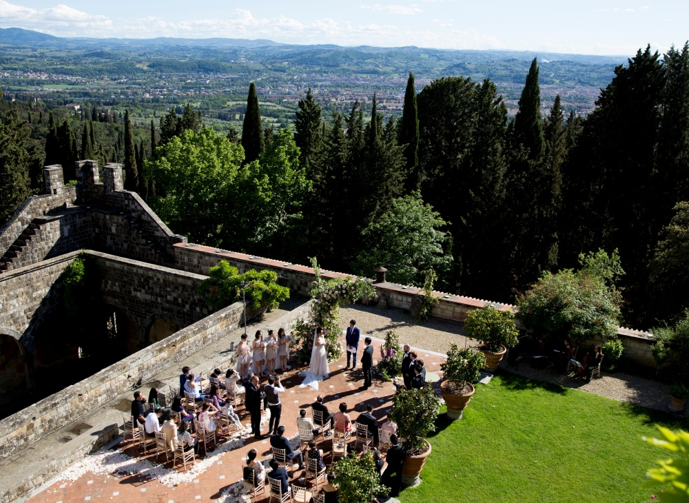best romantic wedding ceremony in an intimate venue in tuscany