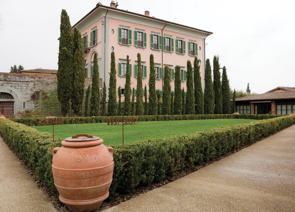 side view of a charming wedding villa in tuscany