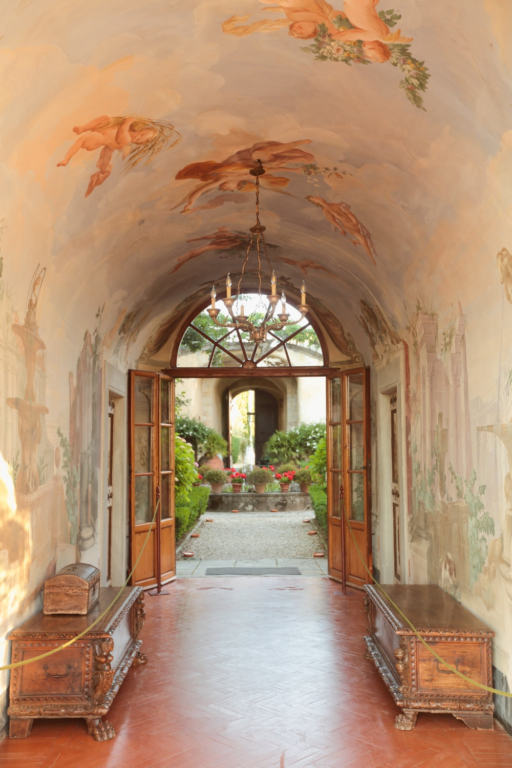 country chic real passage with frescoes for wedding in tuscany