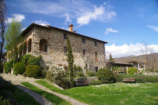 dream wedding hamlet with garden in tuscany