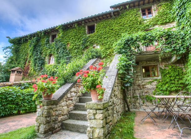 old building facade with greenery in a hamlet for weddings in tuscany