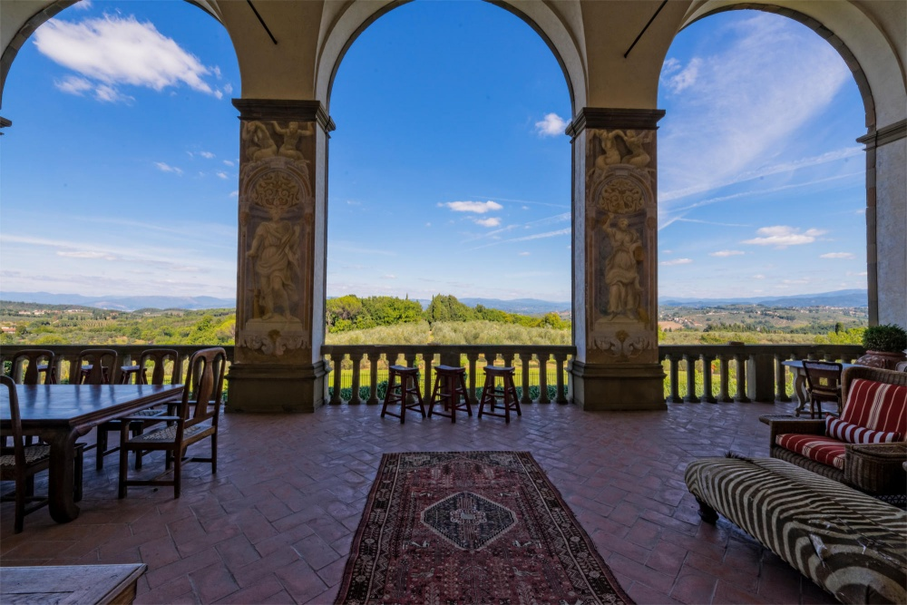 exclusive loggia in a villa for wedding in tuscany