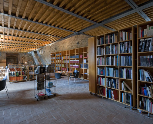 library room in a farmhouse for wedding in arezzo