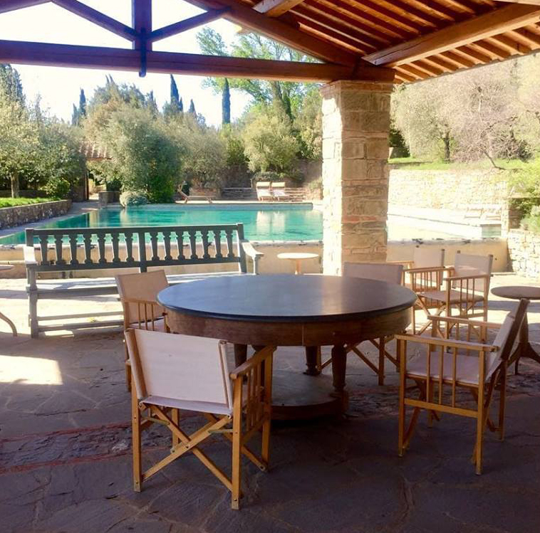 pool relaxing area in a farmhouse for wedding in arezzo