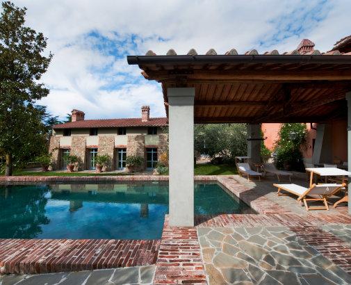 pool area in a farmhouse for wedding in arezzo