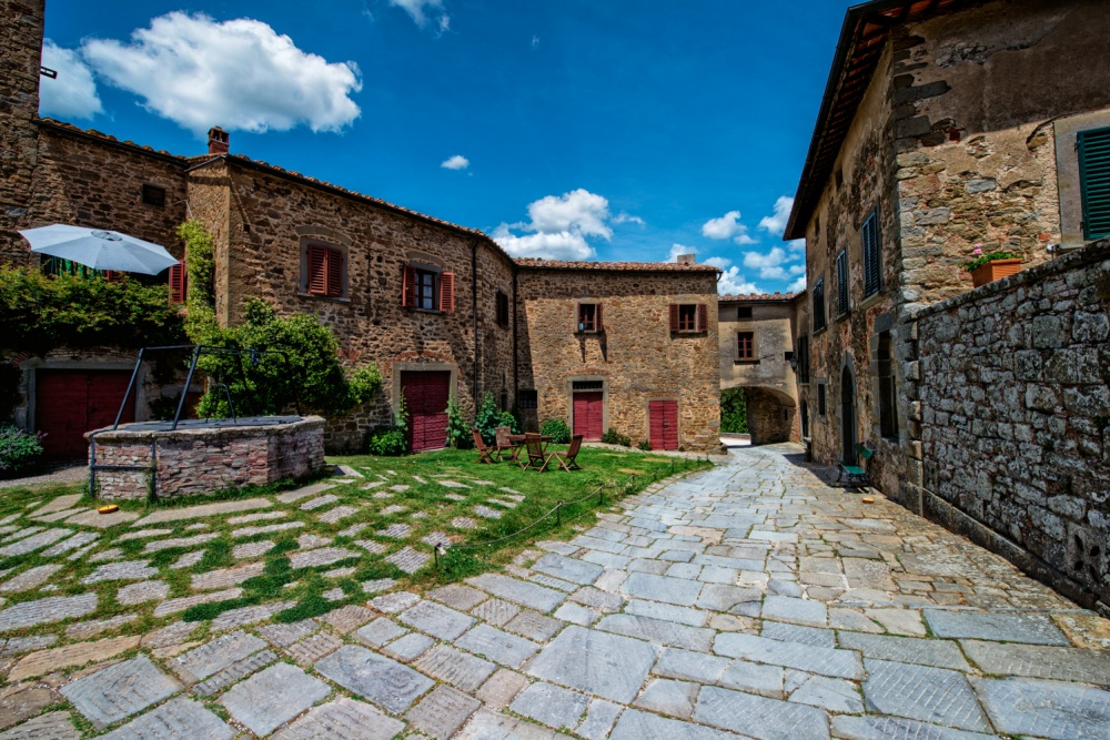 farmhouse with water well for weddings in tuscany