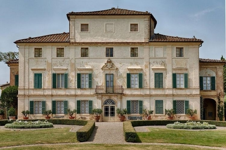 elegant wedding villa in Siena facade