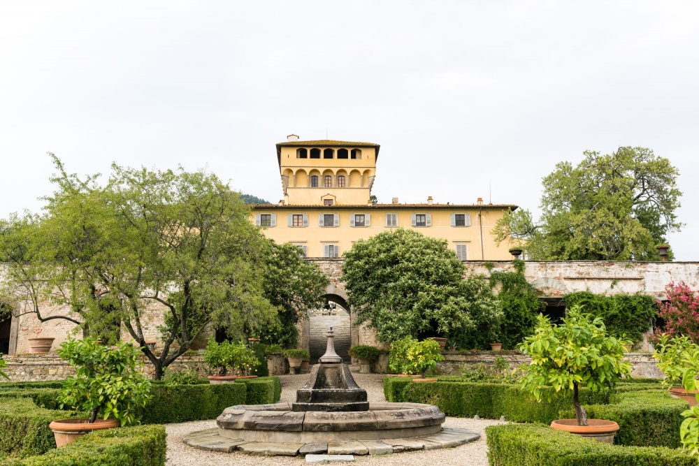 hindu weddings in tuscany facade of a villa for ceremonies and receptions