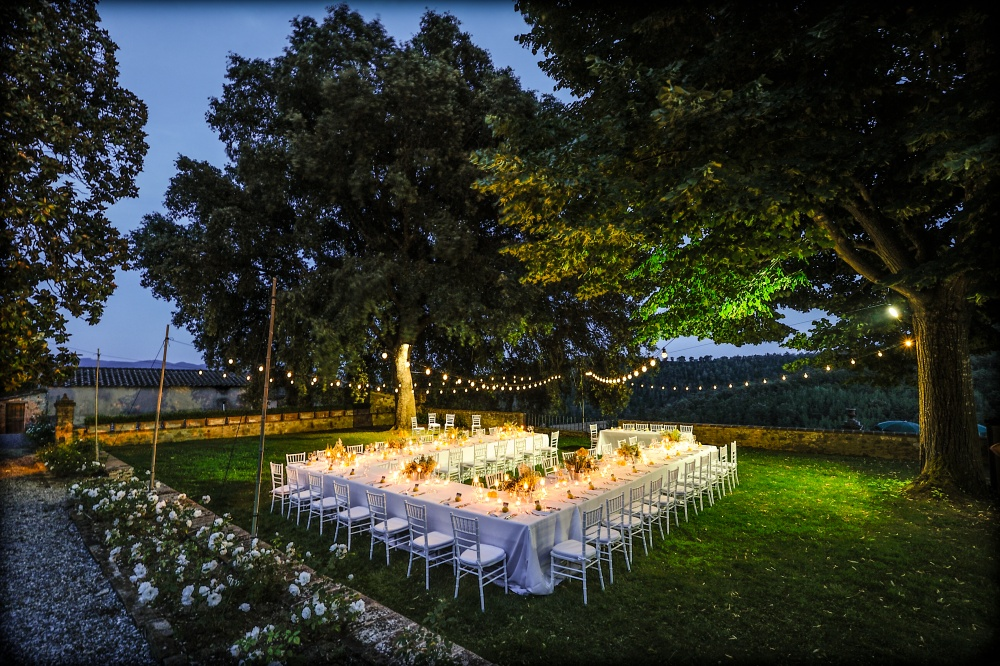 how to plan your wedding dinner in a garden in tuscany