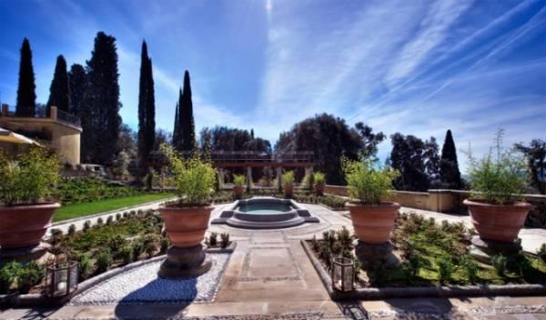 luxurious garden in a wedding hotel in florence