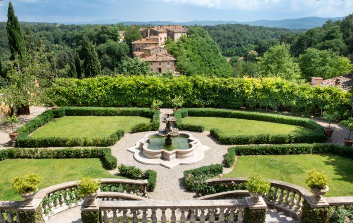 luxury italian garden in a hotel for weddings in tuscany