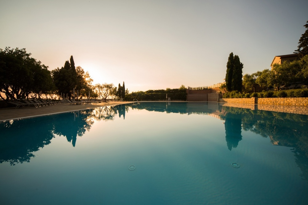 pool in a resort for wedding in tuscany