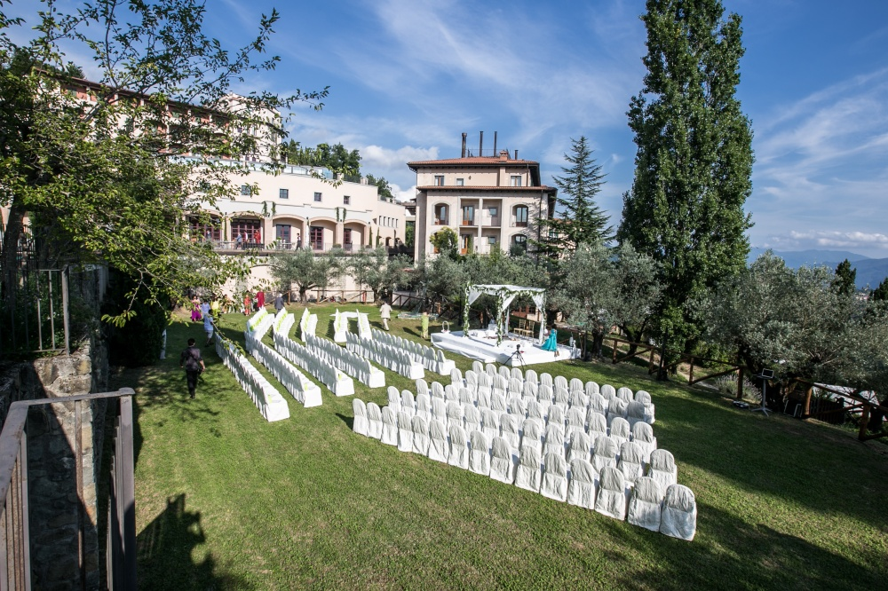symbolic ceremony setting in the garden of a luxury wedding venue in lucca