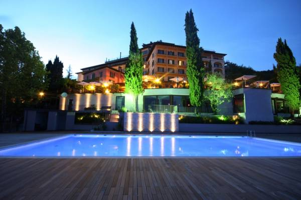 front view of a venue and its pool for wedding in lucca