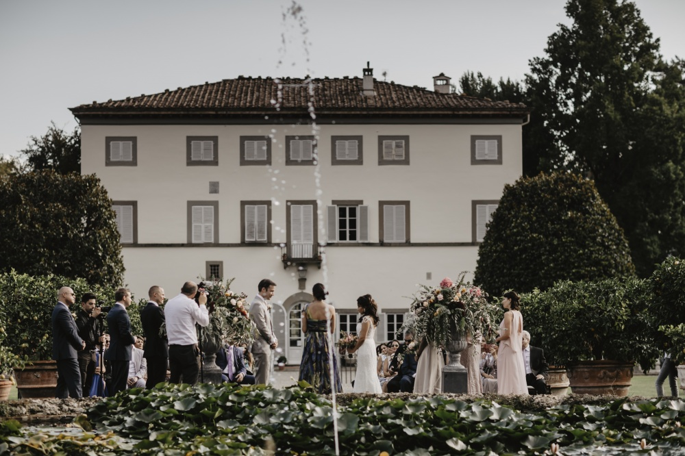 reala wedding cocktail in front of the fountain of a luxury villa in lucca