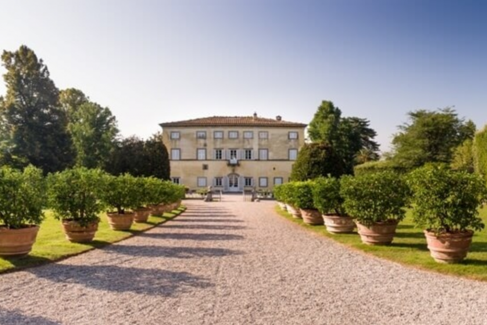 front view of a luxury villa and its garden for wedding in lucca