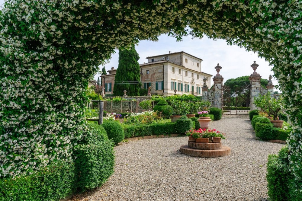 one day rental villa and its italian garden facing the facade of the venue in tuscany