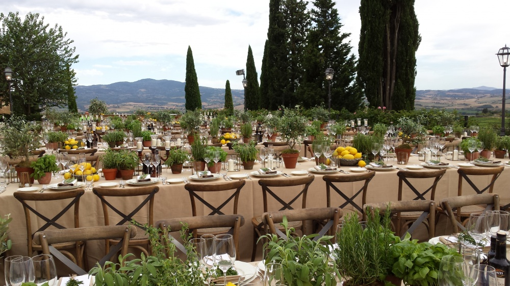 restaurant welcome night table setting in tuscany