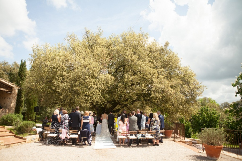 ceremony setting under a secular tree in a romantic villa in siena