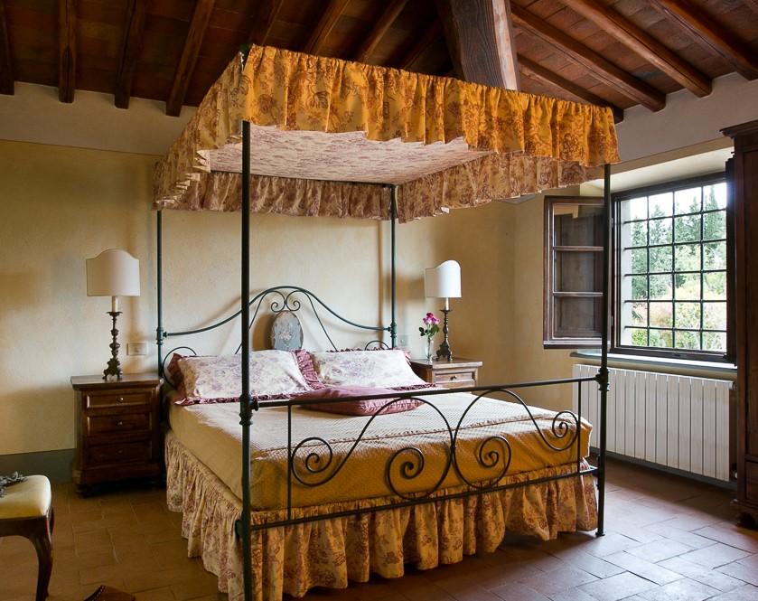 room in a romantic farmhouse for weddings