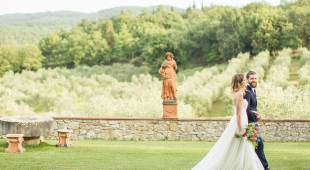 shooting in a romantic wedding farmhouse in tuscany