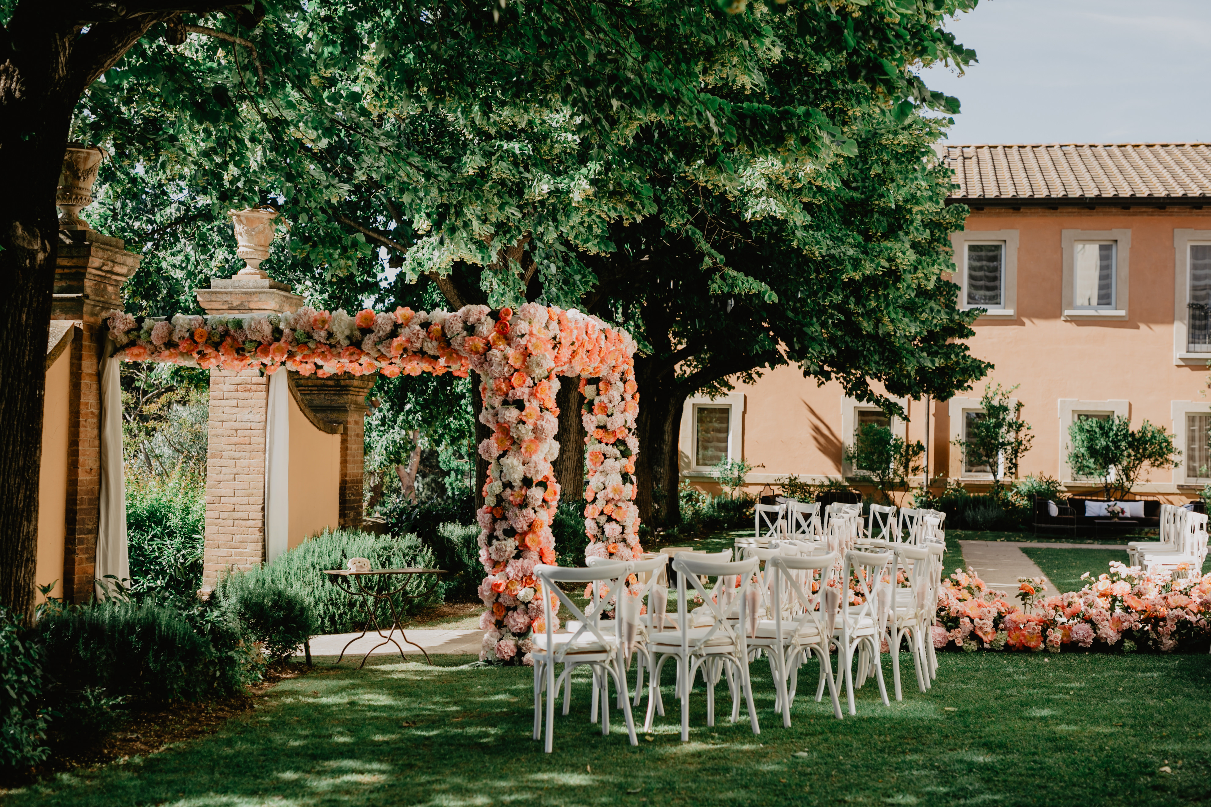 preparation of the outdoor location for the wedding in a Tuscan villa