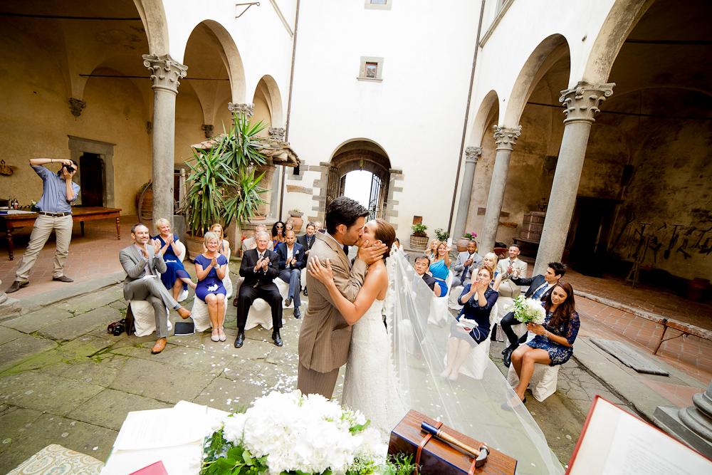 symbolic weddings in tuscany courtyard