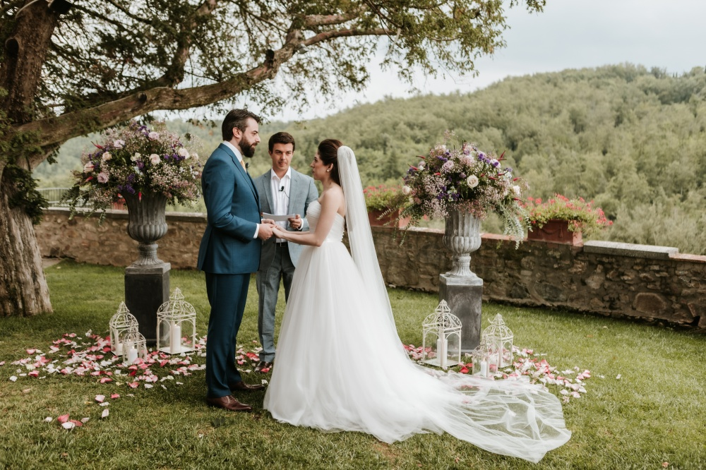 symbolic weddings in tuscany with flower pots