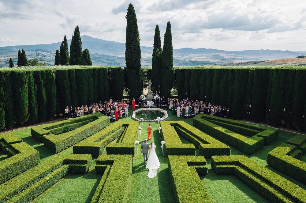 symbolic wedding in an italian garden in tuscany