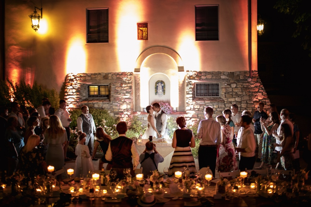 first dance in a farmhouse for weddings