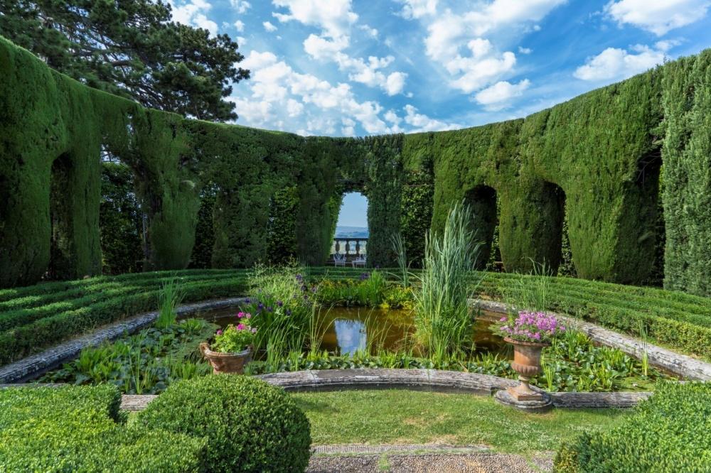 tuscan wedding villa with fountain