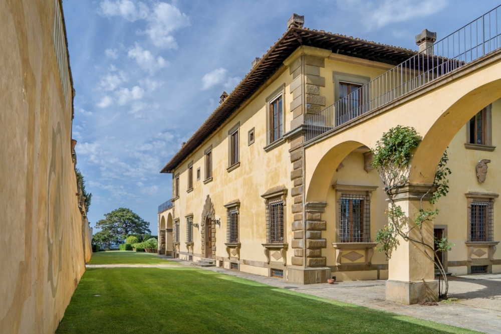 tuscan wedding villa with loggia