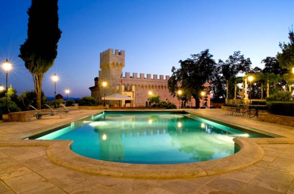 tuscany-wedding-castles-pool-view-at-night-in-front-of-the-venue