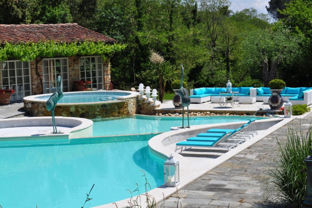 pool in a tuscany wedding hamlet