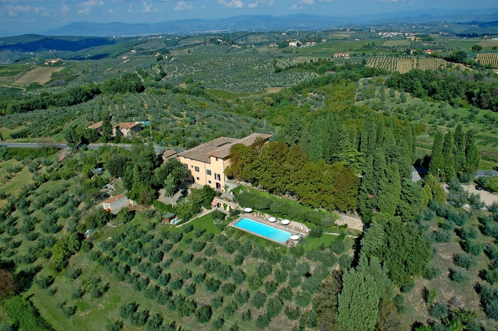 aerial view of a villa for weddings in tuscany countryside