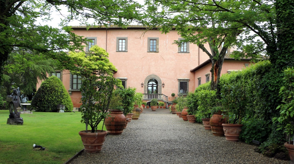 side view of a villa for wedding in florence