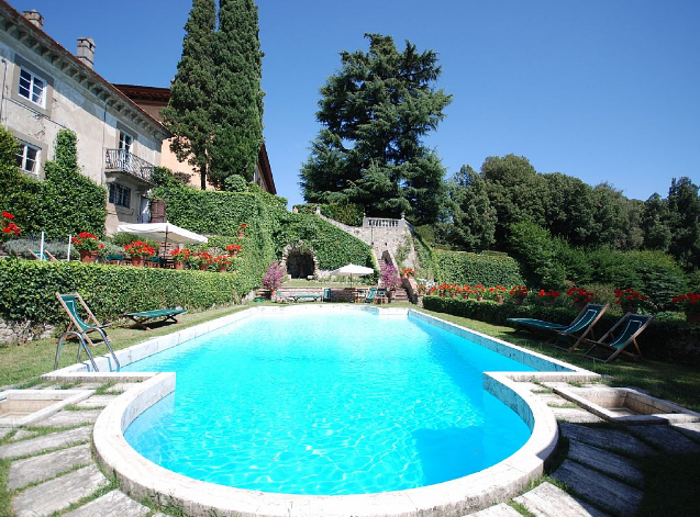 pool area for wedding receptions and cocktails in a villa in lucca