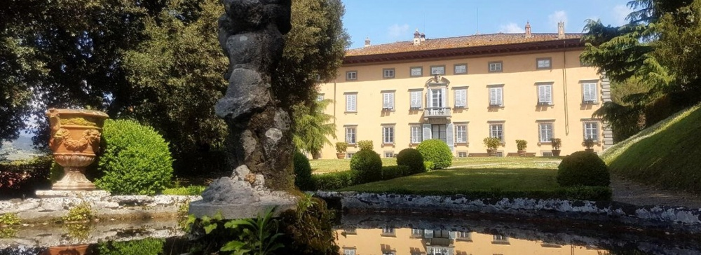 front view of a villa and its fountain for wedding receptions and ceremonies in lucca