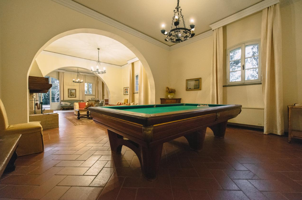 billiard in the living room of a villa for weddings on the tuscan hills