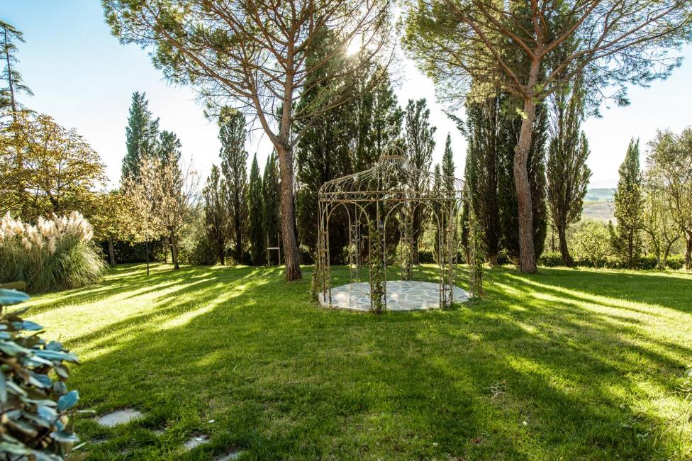 garden for wedding ceremonies in a villa on the tuscan hills