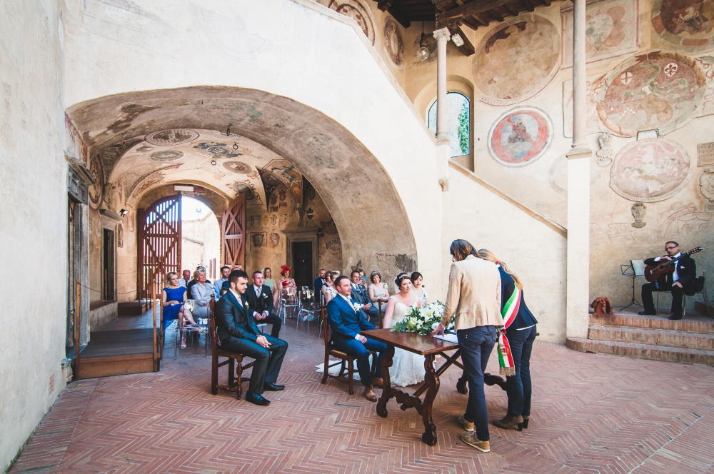 wedding ceremony in certlado with the officiant from the townhall