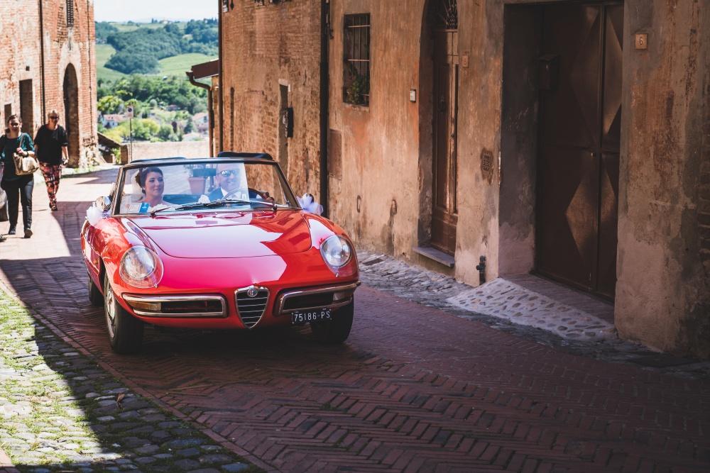 wedding ceremony in certaldo with a vintage car