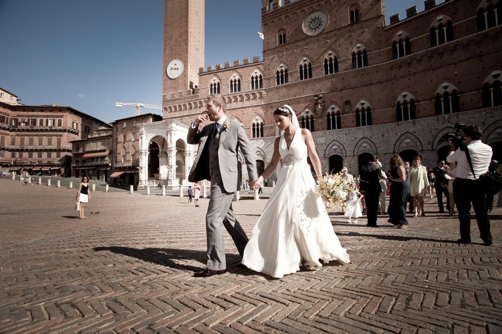 wedding ceremony in piazza del campo siena