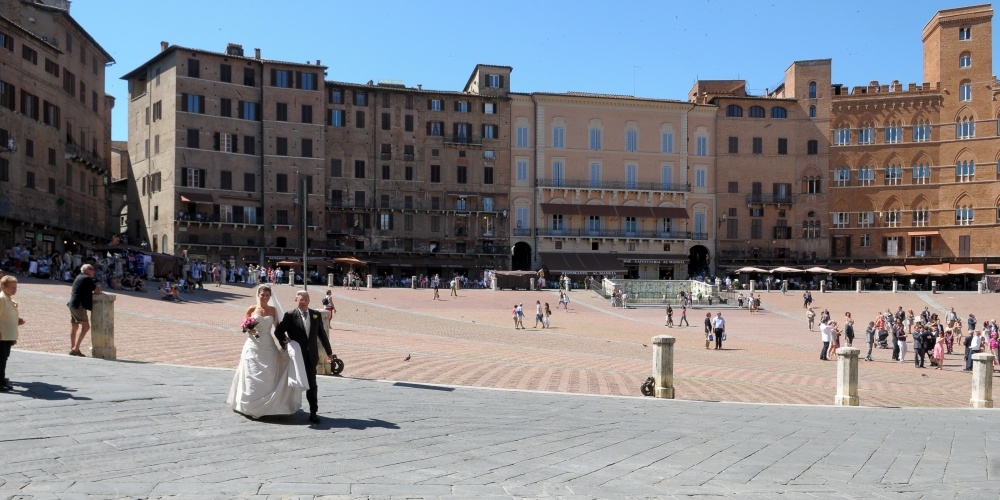 wedding ceremony in siena piazza del campo