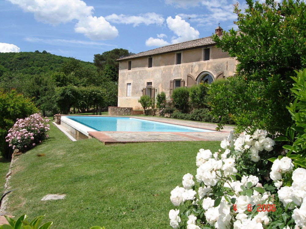 garden with pool in a luxury castle for wedding in siena