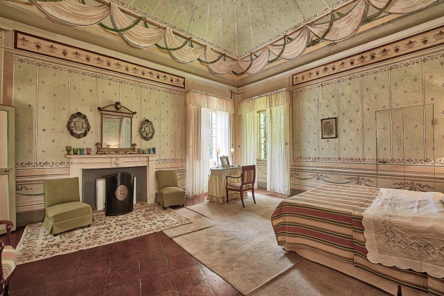 room for bridal preparation in a luxury castle in siena