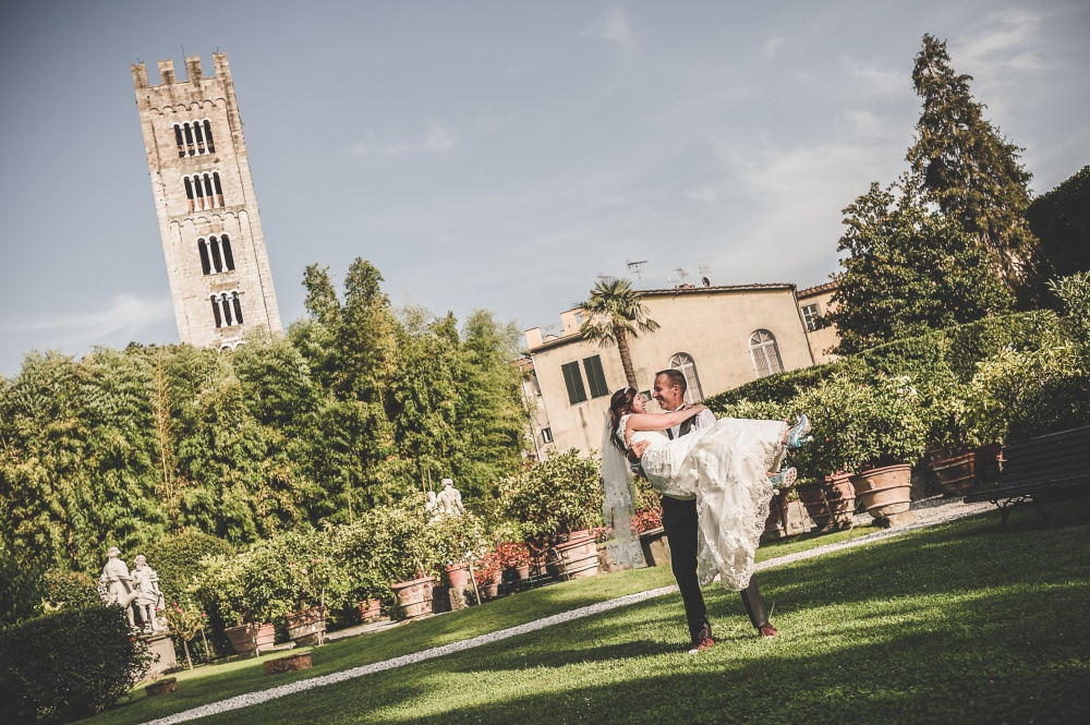 real couple celebrating in the garden of a palace for wedding in lucca