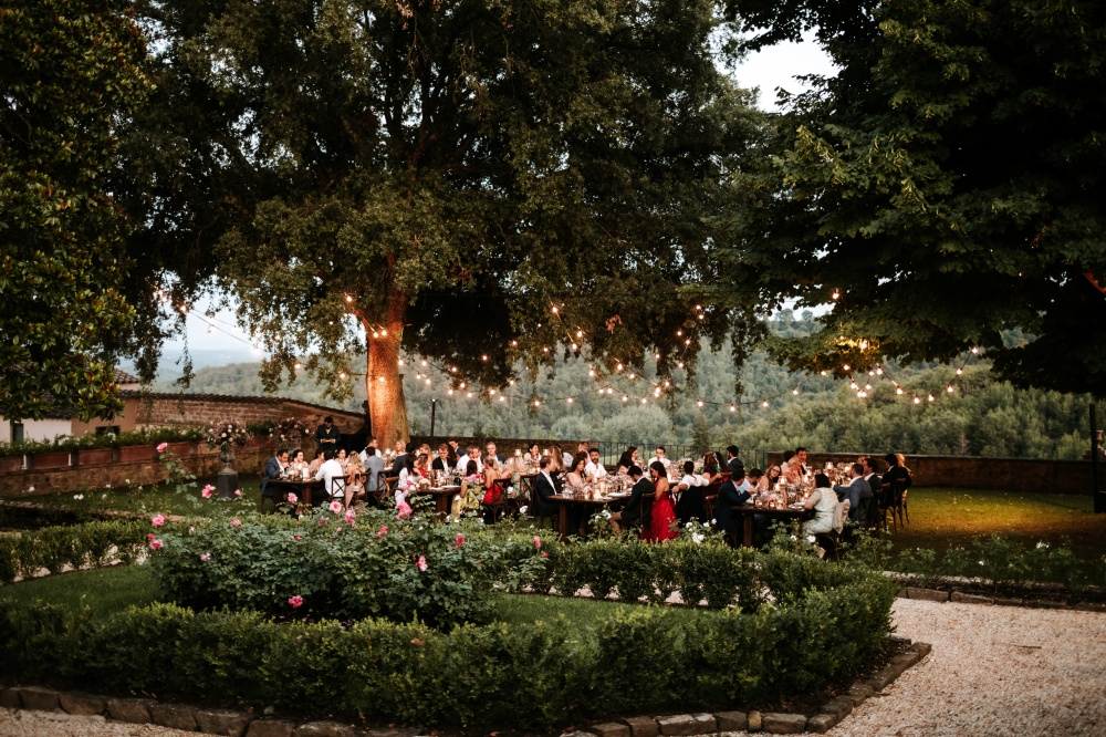 wedding dinner under the tree in tuscany