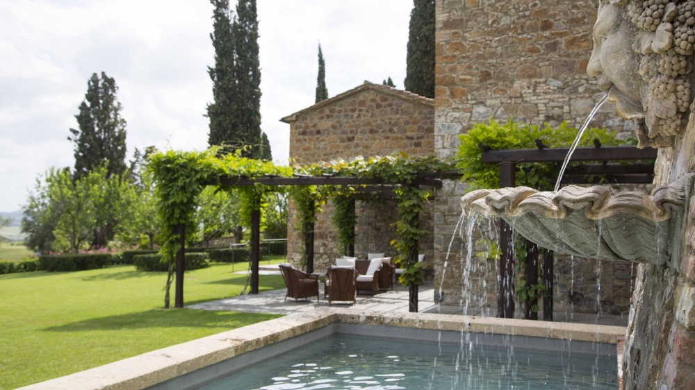 wedding venue in tuscany with fountain