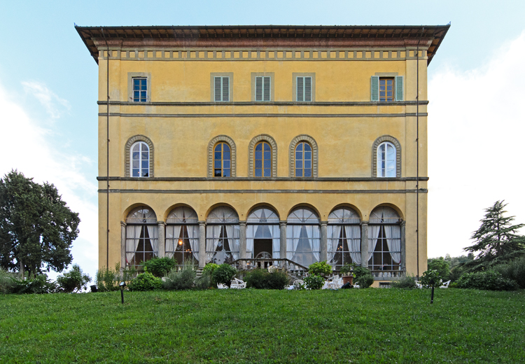 front view of a villa and its garden for wedding in lucca